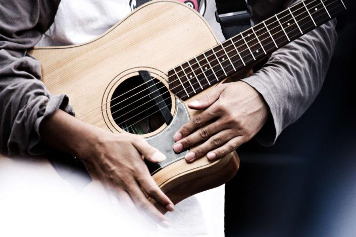 chitarra_ragazzo_universitario